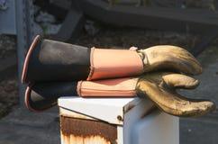 Isolerade elektriska handskar Arkivbild