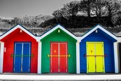 Isolerade färger, strandkojor på den brittiska sjösidan royaltyfri bild