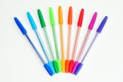 Isolerade färgrika pennor royaltyfria bilder
