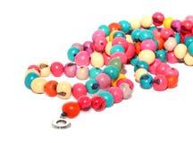 Isolerade flerfärgade prydde med pärlor smycken Arkivfoto