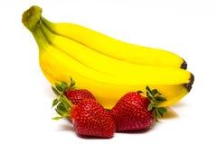Isolerade frukter Grupp av bananer och högen av jordgubbeisolaen Royaltyfria Bilder