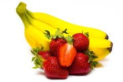 Isolerade frukter Grupp av bananer och högen av jordgubbeisolaen Arkivbilder