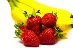 Isolerade frukter Grupp av bananer och högen av jordgubbeisolaen Royaltyfri Fotografi
