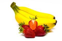 Isolerade frukter Grupp av bananer och högen av jordgubbeisolaen Royaltyfri Bild