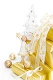 Isolerade gåvaaskar för jul i guld med en ängel Arkivbilder