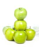Isolerade gröna äpplen Arkivbilder