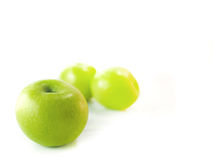 Isolerade gröna äpplen royaltyfri bild