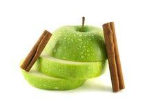 Isolerade gröna äppleskivor med kanelbruna fröskidor Fotografering för Bildbyråer