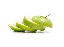 Isolerade gröna äppleskivor som isoleras över vit Royaltyfri Fotografi