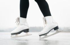 isolerade härlig kall gående is för bakgrund den ljusa naturliga åka skridskor vita kvinnan Royaltyfri Bild