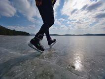 isolerade härlig kall gående is för bakgrund den ljusa naturliga åka skridskor vita kvinnan Ett idrottsman nenmanstag med hockeyi Fotografering för Bildbyråer