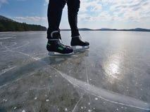 isolerade härlig kall gående is för bakgrund den ljusa naturliga åka skridskor vita kvinnan Ett idrottsman nenmanstag med hockeyi Royaltyfri Bild