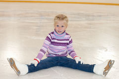 isolerade härlig kall gående is för bakgrund den ljusa naturliga åka skridskor vita kvinnan Liten flickasammanträdet på is i skri royaltyfria bilder