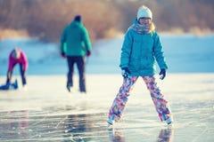 isolerade härlig kall gående is för bakgrund den ljusa naturliga åka skridskor vita kvinnan Unga flickan åker skridskor på en nat Royaltyfria Foton