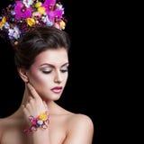 isolerade härliga blommor för bakgrund vitt kvinnabarn Yrkesmässigt smink och blommor i hennes hår arkivfoton
