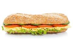 Isolerade hela korn för bagettsubsmörgås med ostlateral royaltyfri bild