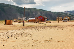 Isolerade hus på sand, nordliga Mongoliet Royaltyfri Foto