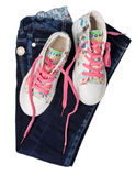 Isolerade jeansgymnastikskoskor Barnets grov bomullstvill beklär begrepp Arkivfoton