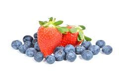 Isolerade jordgubbar och blåbär royaltyfri bild