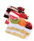 Isolerade jordgubbe, choklad, kiwi och orange fruktkaka Royaltyfri Foto