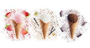 Isolerade jordgubbe-, vanilj- och chokladglassar Arkivbilder