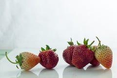Isolerade körsbärsrött rött för jordgubbe på den vita isolaten, den främre sikten whit Arkivfoto