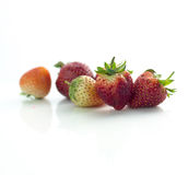 Isolerade körsbärsrött rött för jordgubbe på den vita isolaten, den främre sikten whit Arkivbilder