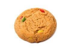 Isolerade kakor med färgchokladdroppar Royaltyfri Fotografi