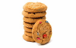 Isolerade kakor med färgchokladdroppar Fotografering för Bildbyråer