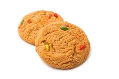 Isolerade kakor med färgchokladdroppar Arkivfoto