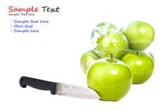 Isolerade kniv och gröna äpplen Royaltyfri Fotografi