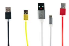 Isolerade mångfärgad USB kabel för fyra av vän, en med den lyftta handen, på vit bakgrund Inter--kamratskap familj, teknologi av Arkivfoto