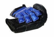 isolerade mörka handskar för svart blå boxning Arkivbild
