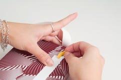 Isolerade manuella riktningar för pappers- för sjalhantverkbok för hand hantverk för band Royaltyfria Foton