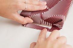 Isolerade manuella riktningar för pappers- för sjalhantverkbok veck för hand Arkivfoto