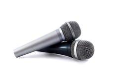 isolerade mikrofoner över white för silver två Royaltyfri Foto