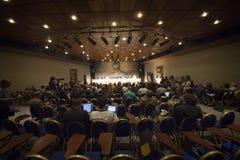 isolerade mikrofoner för bakgrund trycker på konferensen white Royaltyfri Bild