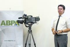 isolerade mikrofoner för bakgrund trycker på konferensen white Royaltyfri Fotografi