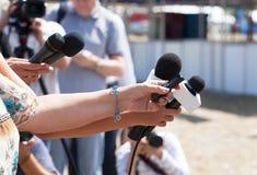 isolerade mikrofoner för bakgrund trycker på konferensen white journalistik Royaltyfri Bild