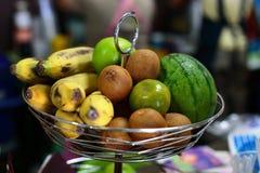 isolerade nya frukter för korg den vita vintern för sommaren Royaltyfri Fotografi