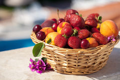 isolerade nya frukter för korg den vita vintern för sommaren Royaltyfri Foto