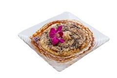 Isolerade Okonomiyaki är en japansk savoury pannkaka som innehåller en variation av ingredienser Royaltyfri Bild