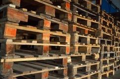 isolerade paletter framför vitt trä Trä texturerar staplade palettstaplar Arkivbilder