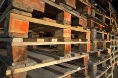isolerade paletter framför vitt trä Trä texturerar staplade palettstaplar Royaltyfri Foto