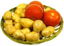 Isolerade potatisar och tomater Arkivbild