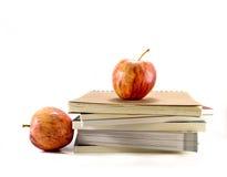 Isolerade röda äpplen med böckerna royaltyfri fotografi
