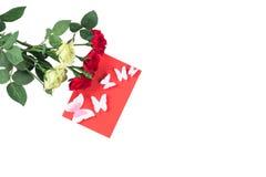 Isolerade rosor med ett rött kort Arkivbilder