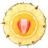 Isolerade skivade frukter. Jordgubbe ananas, apelsin. Arkivbild