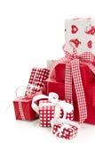 Isolerade slågna in röda julklappar Arkivbild