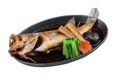 Isolerade stekte snapper med rädisan, moroten, shiitaken och choy summa i varm platta Royaltyfri Bild